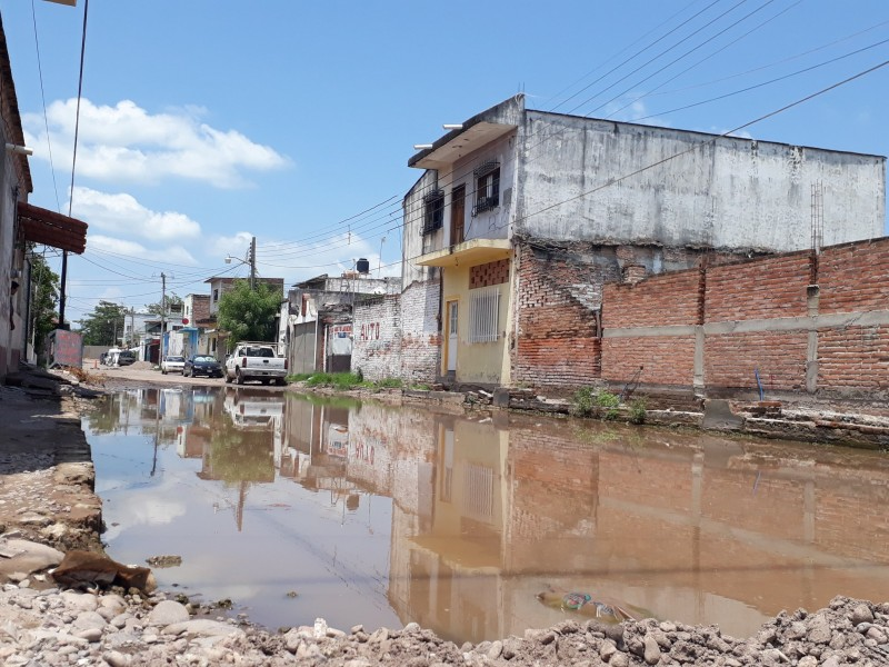 Reportan habitantes de Tuxpan encharcamiento en calle Centenario