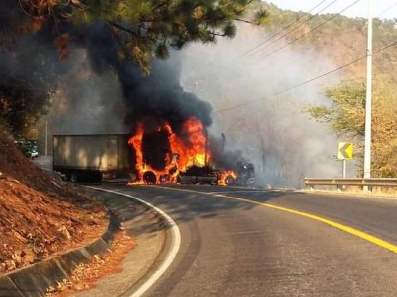 Reportan quema vehículos en carretera Uruapan-Lombardía