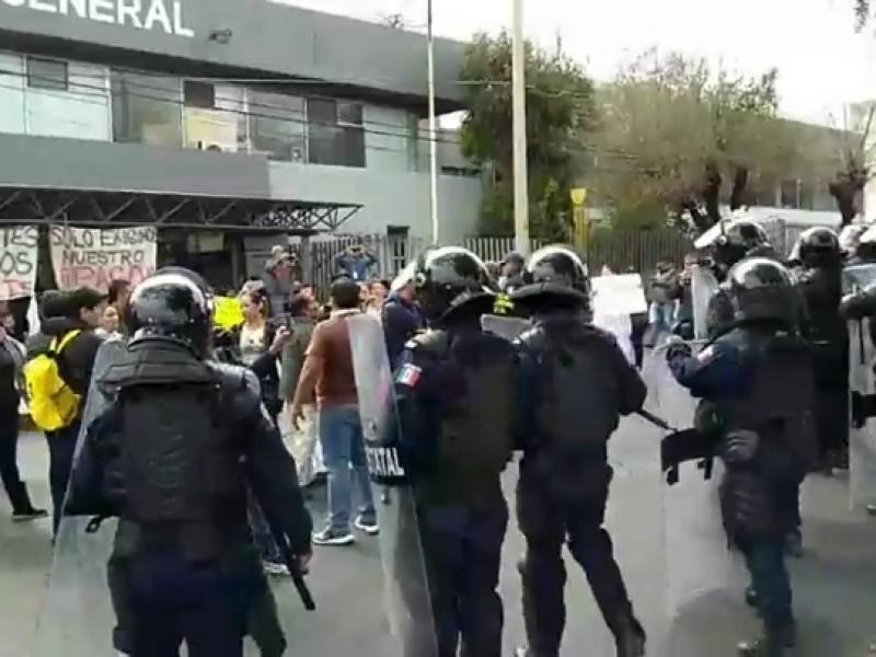 Reprimen policías estatales manifestación en el ISSSTE