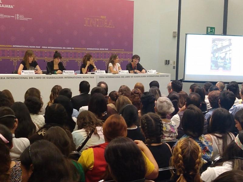 Resaltan escritoras gravedad de violencia digital contra mujeres