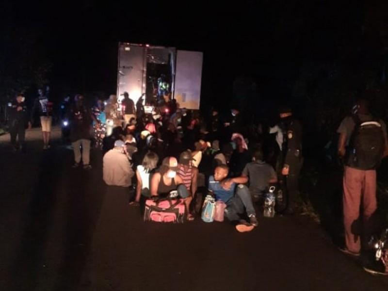 Rescatan a 126 migrantes al sur del país