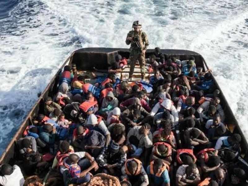 Rescatan a 143 migrantes tras naufragio en Italia