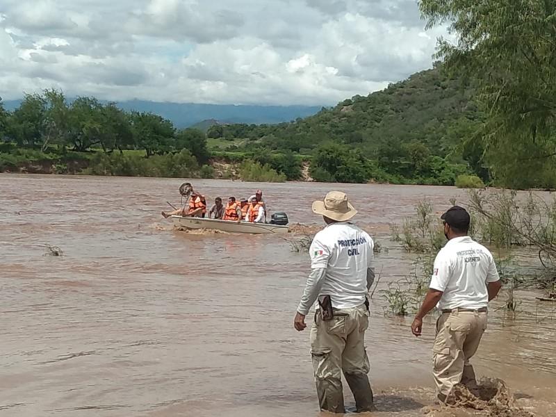 Rescatan a 19 personas atrapadas en río Acaponeta