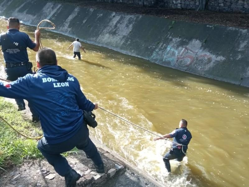Rescatan a hombre arrastrado por creciente del Malecón del Río