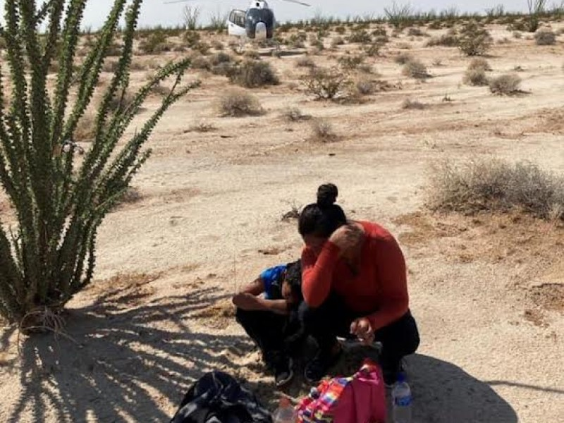 Rescatan a mujer y su hijo en el desierto