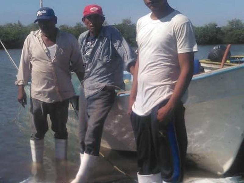 Rescatan a pescadores que naufragaron por tres días en Huatabampo
