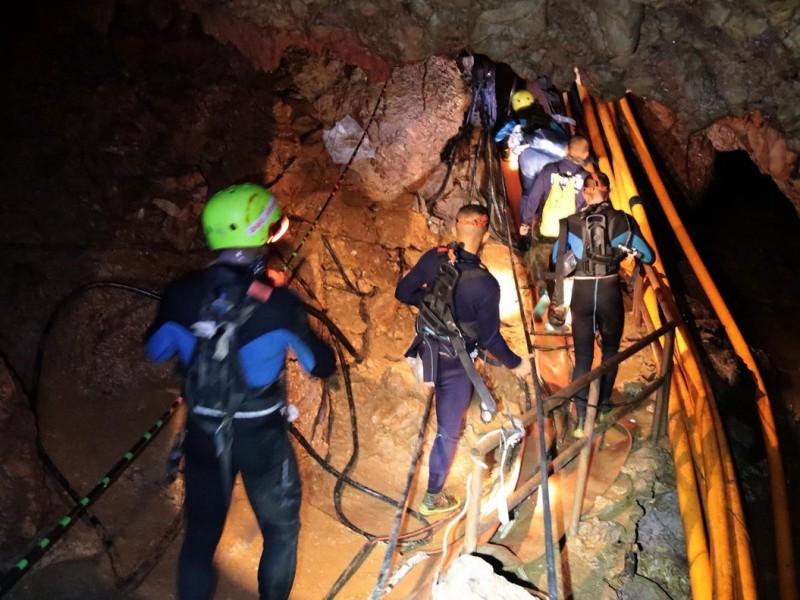 Rescatan a niños atrapados en cueva de Tailandia