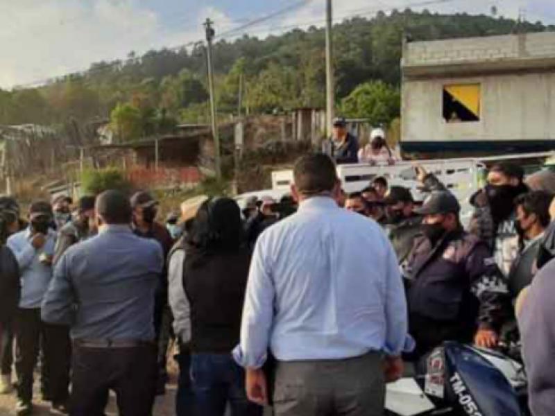 Retienen a servidores públicos para exigir liberación de 40 detenidos