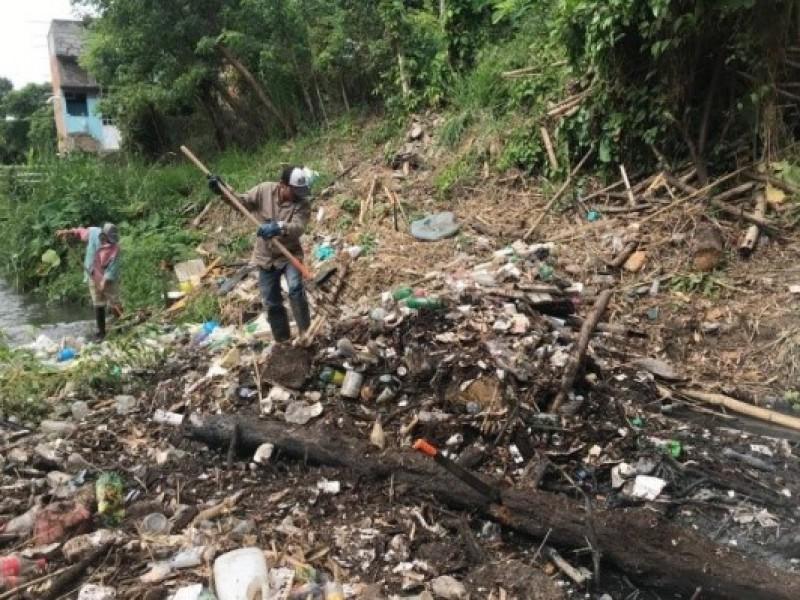 Retiran grandes cantidades de basura en arroyo de Poza Rica