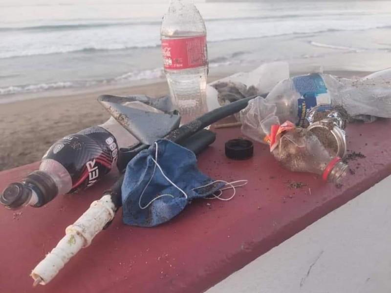 Retiran; guantes, cubrebocas y otros objetos de playas Manzanillenses