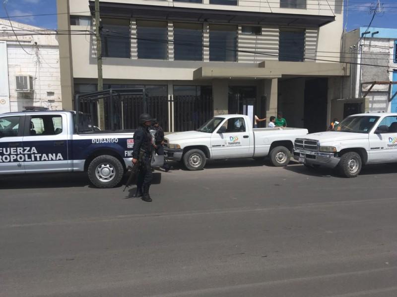 Retiran placas a taxistas