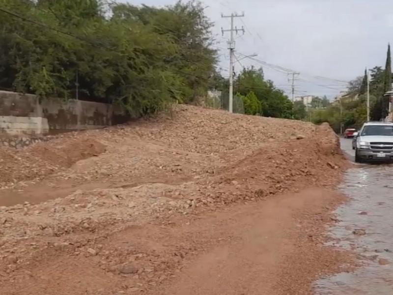 Retiran tierra y escombros arrastrados por arroyos