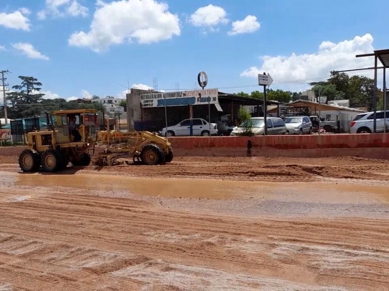 Retiran toneladas de tierra en calles por lluvias