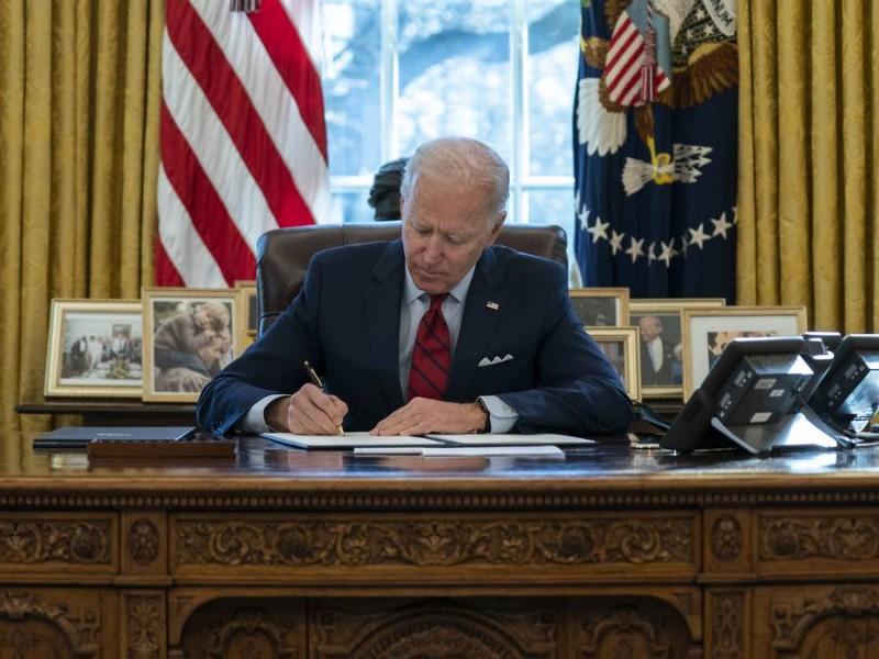 Joe Biden firma órdenes ejecutivas para reunificar a familias migrantes