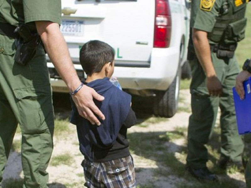 Revisión médica a niños en la frontera
