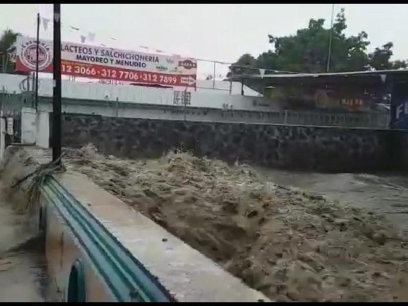Ríos desbordados, árboles caídos y vehículos arrastrados, saldo de lluvia