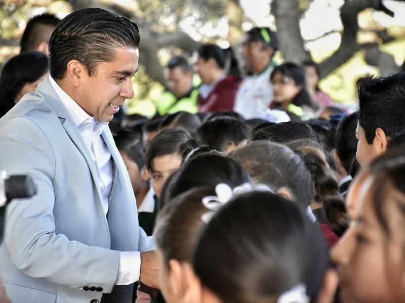 Roberto Sosa apoya la educación