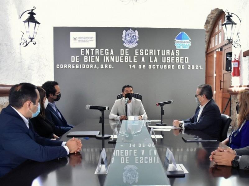 Roberto Sosa entrega escrituras de predio donado a la USEBEQ