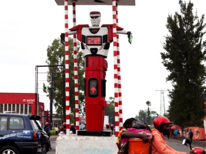Un robot policía dicta ley en el Congo