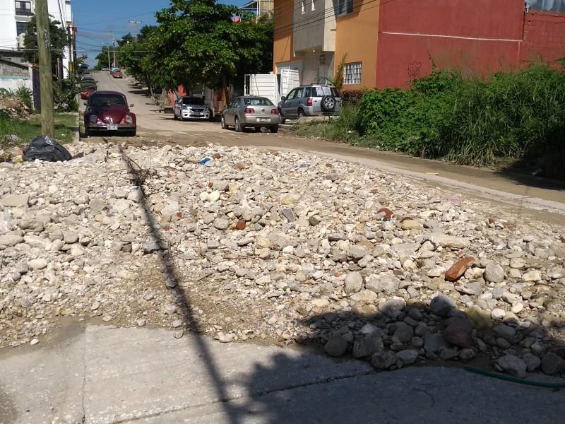 Rocas impiden el libre tránsito sobre vialidad