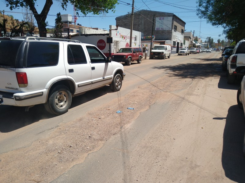 Rompen asfalto recién colocado en calle Maclovio Herrera