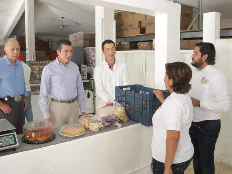 Rutilo Escandón recorre el banco de alimentos.