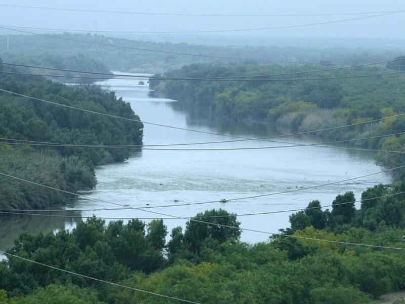 Salvan a 30 migrantes que cruzaban el Río Bravo