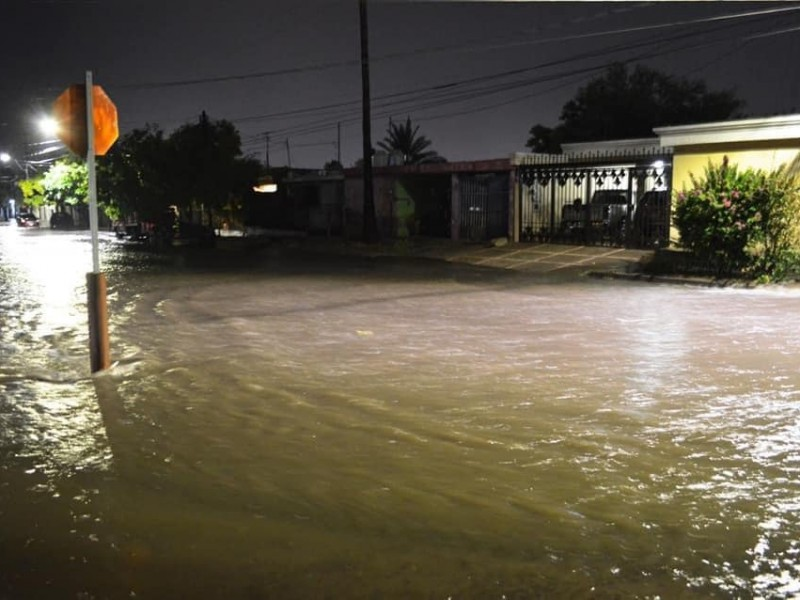 Salvan bomberos a persona de aguas del canal Lázaro Cárdenas
