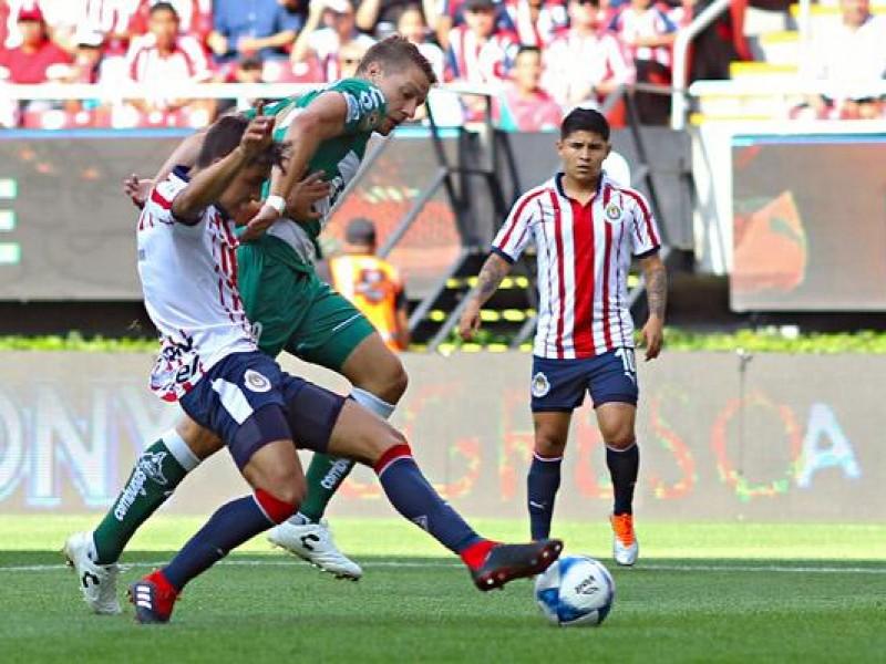 Santos gana a unas vulnerables Chivas