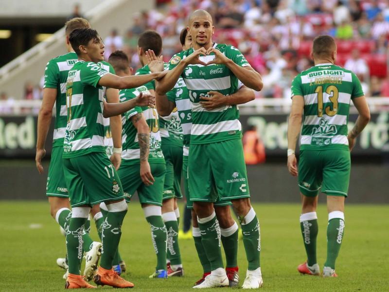Santos sorprende a las Chivas