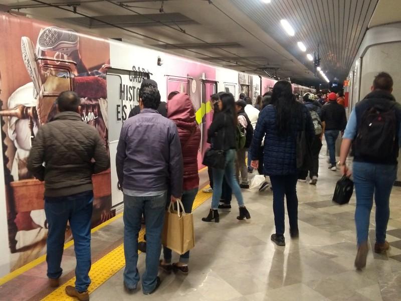 Saturación de tren ligero impide abordar vagones