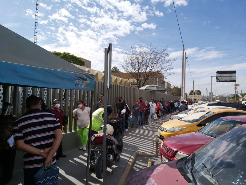 Saturación en farmacia del IMSS desquicia a derechohabientes en Torreón