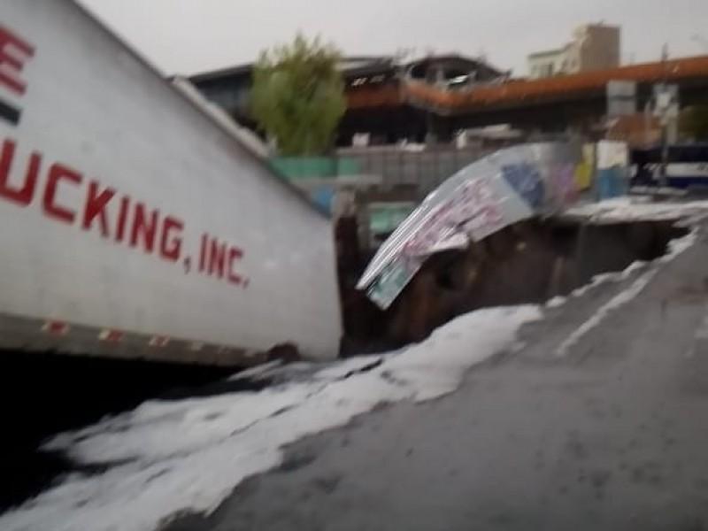 Se abre socavón en Oceanía; cae trailer