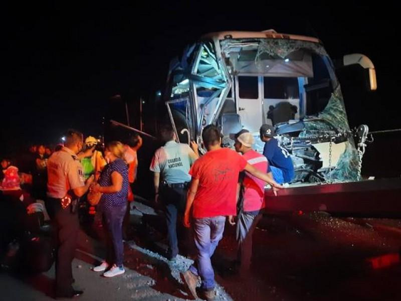 Se accidenta autobús con migrantes en Rodríguez Clara