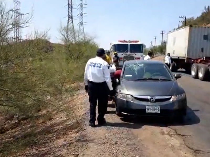 Se accidenta vehículo y árboles evitan volcamiento