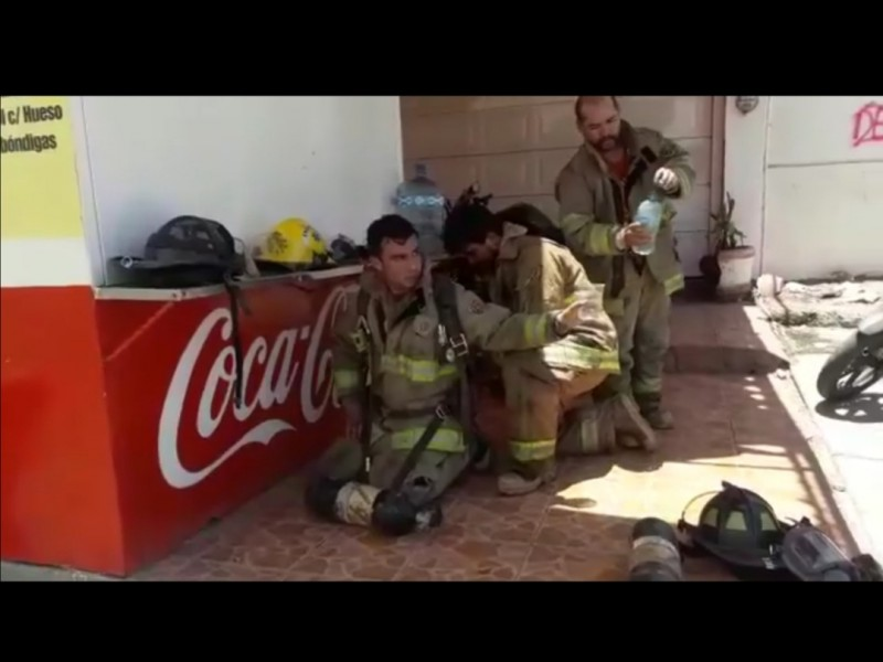 Se complica tarea de bomberos en combate de incendio