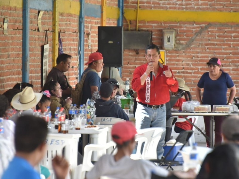 Se compromete Gustavo Nieto Chávez con comuneros de  Ahuacatlán
