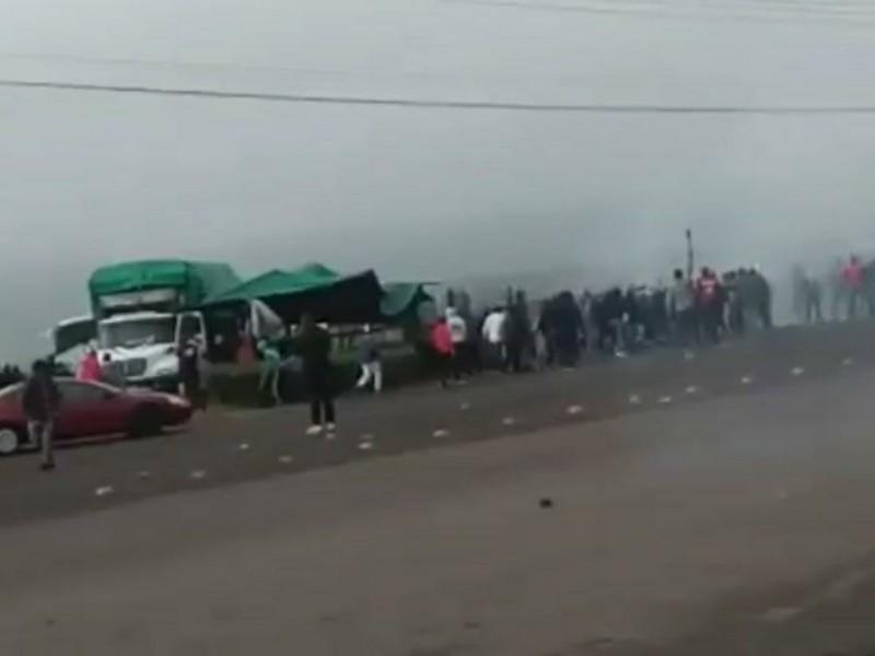 Se confrontan policías y normalistas en Tiripetío