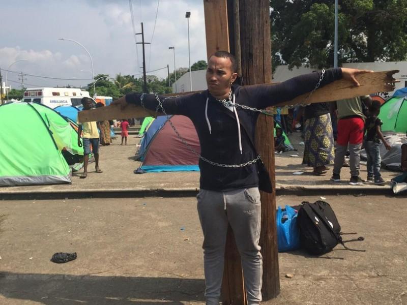 Se crucifica cubano para exigir atención en INM