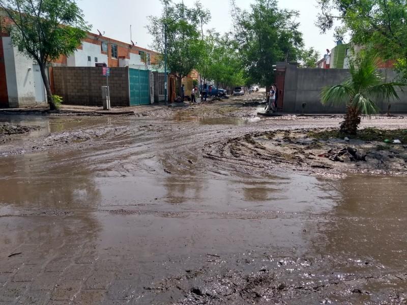 Se cubren de lodo calles de fraccionamientos