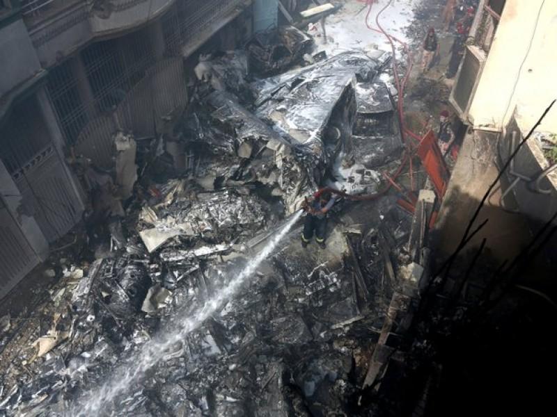 Se derrumba avión con 107 pasajeros en Pakistán
