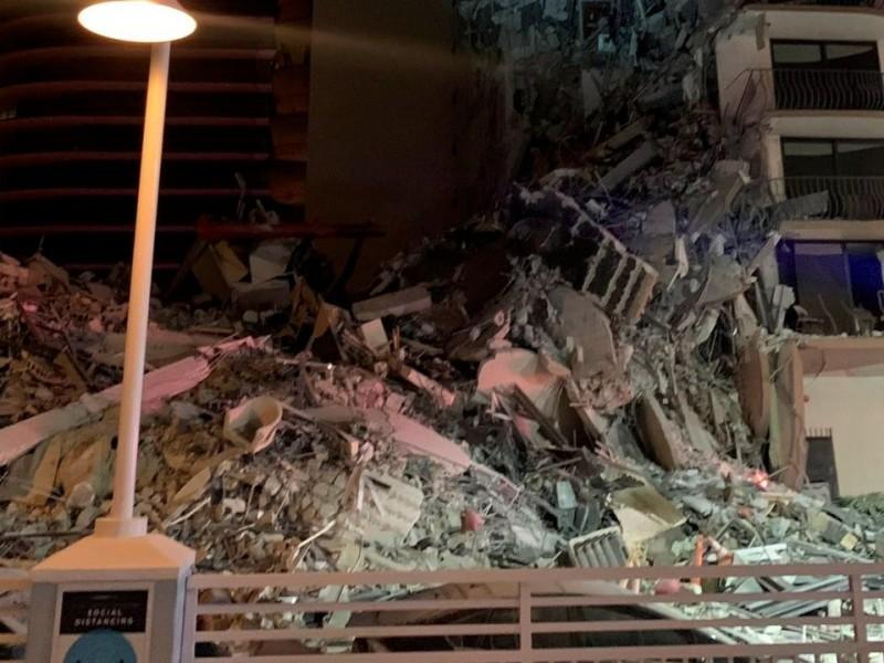 Se derrumba edificio en Miami; rescatistas ¡buscan sobrevivientes!
