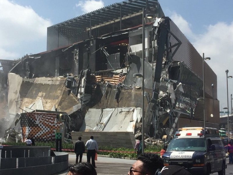Se derrumba parte de plaza comercial en Periférico