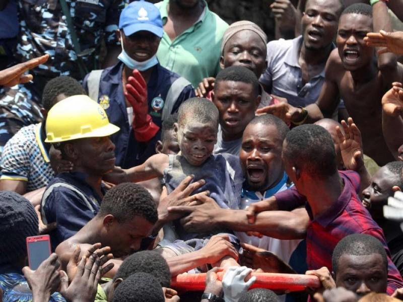 Se derrumba primaria en Nigeria: hay niños atrapados