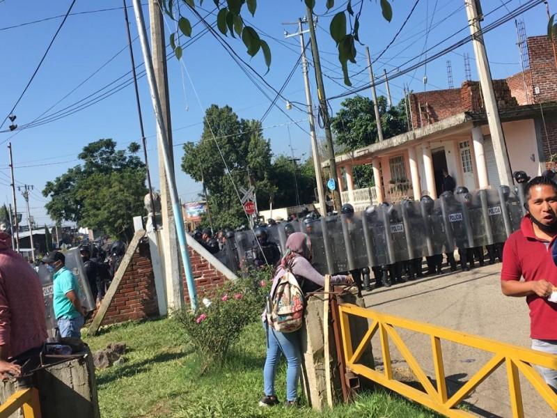 Se desata gresca en Caltzontzin entre normalistas y policías