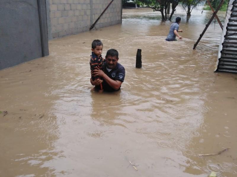 Se desborda río en Reforma diez viviendas afectadas