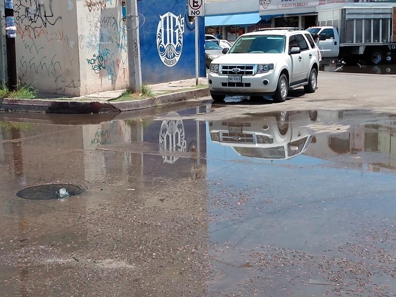 Se desbordan aguas negras tras ligera lluvia