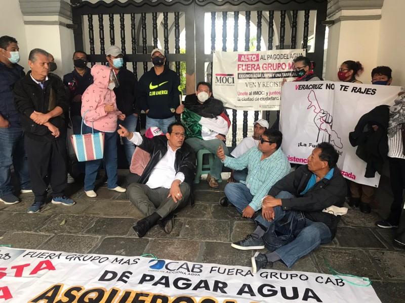 Se encadena al palacio municipal de Veracruz