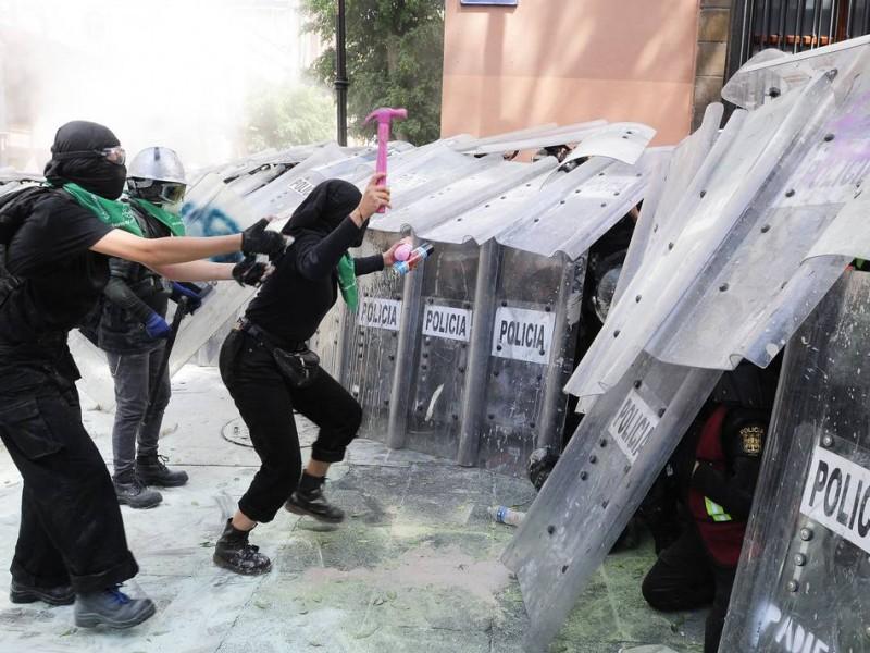 Se enfrentan feministas y mujeres policía en CDMX