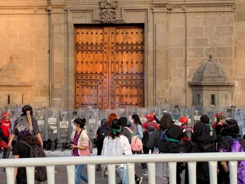 Se enfrentan manifestantes contra policías durante protesta feminista